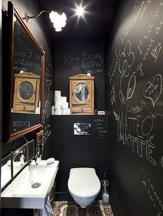 WC noir avec de la peinture tableau noir