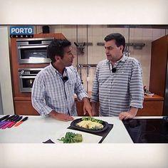 Reveja os episódios especiais com Chefs convidados do Clube de Cozinheiros do Porto Canal! Hoje o Chef Delfim Soares faz: Bola de Espinafres e Canneloni de Bacalhau // Veja a receita em http://videos.sapo.pt/5jFEqAafS37ApJKjyJcT // Clube de Cozinheiros de 2ª a 6ª ás 17.30h no Porto Canal mais uma receita simples, prática e muito deliciosa! Veja todas em www.portocanal.sapo.pt e www.fb.com/clubedecozinheiros #chef #clubedecozinheiros #cozinha #culinaria #portocanal #receitas