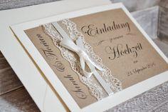 **Gestaltung:** Liebevoll gestaltete Einladungskarten zur Hochzeit im romantischen Vintage Design mit Spitze & Schleifchen in creme (wahlweise auch in weiss möglich). Das Deckblatt ist mit...