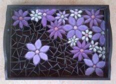 fleurs violettes sur fond noir en mosaïque.