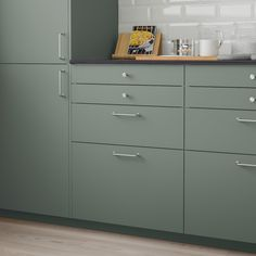 Produced in factories using renewable electricity and featuring a foil made of recycled PET bottles, BODARP drawer fronts in matt grey-green creates an open and welcoming kitchen with a modern twist. Grey Ikea Kitchen, Green Kitchen, Ikea Kitchen Handles, Home Decor Kitchen, Kitchen Design, Plastic Foil, Ikea Family, Wood Scraps, Decorating Kitchen