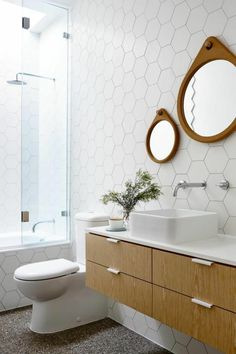 comment bien amenager les murs dans la salle de bain blanche meubles en bois clair