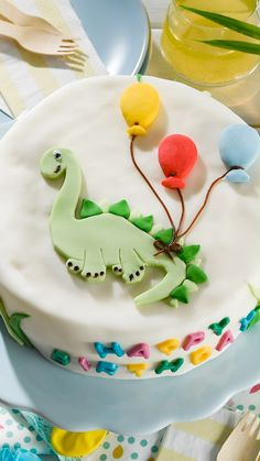 Fondant Figures, Cake Decorating Techniques, Cake Decorating Tutorials, Birth Cakes, Easy Desserts, Dessert Recipes, Buzzfeed Food Videos, Dino Cake, Dinosaur Birthday Cakes