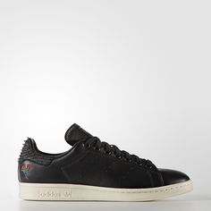 The Stan Smith goes east. The Year of the Rooster and the ancient tile game of mahjong inform the clean, crisp style of this iconic, low-profile shoe. These limited-edition Stan Smith shoes have a smooth leather upper and a full grain leather heel patch. They feature an embroidered rooster print, a mahjong graphic sockliner and tile charm. Finished with perforated 3-Stripes and a debossed Stan Smith tongue label.