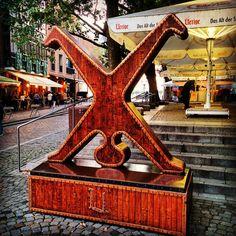 Dusseldorf's cartwheeler - Dusseldorfer Radschlager #dusseldorf #dusseldorfscartwheeler #düsseldorferradschläger #dusseldorferradschlager #artwork #symbol #beautiful #cool #creative
