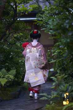 Darari obi of okiya Mi no Yae (Gion Kobu) Geisha Japan, Geisha Art, Japanese Geisha, Japanese Beauty, Japanese Kimono, Kyoto Japan, Okinawa Japan, Yukata, Judo