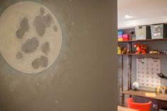 Quarto de Menino - pintura lua http://renatamccartney.com.br/site/quarto-industrial/