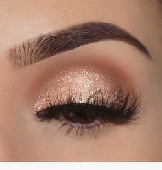 Awesome Eye Make-up-Ideen für 2019 . - Awesome Eye makeup ideas for 2019 – Ellise M. Gold Eye Makeup, Prom Makeup Looks, Natural Eye Makeup, Pretty Makeup, Skin Makeup, Eyeshadow Makeup, Awesome Makeup, Gold Glitter Eyeshadow, Prom Eye Makeup