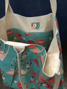 Bolsa em tecido estampado, antimancha e antimofo, forrada e com bolsos internos . Obs: objetos não incluídos.