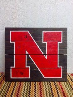 University of Nebraska - UNL - Huskers - Go Big Red - Pallet Boards - Sign - Hand Painted N - Husker Football - Home Decor Pallet Painting, Pallet Art, Diy Pallet Projects, Wood Projects, House Projects, Painting Art, Craft Projects, Pallet Board Signs, Wood Signs