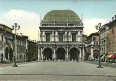 Piazza Loggia negli anni 50 Immagine inviata da Mariangela Scotti http://www.bresciavintage.it/brescia-antica/cartoline/piazza-loggia-negli-anni-50/
