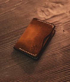 You are faced with a italian leather wallet that reflects the British style you see in the photos. It will be a very elegant choice for those who prefer suits in daily wear. Minimalist Leather Wallet, Handmade Leather Wallet, Brown Leather Wallet, Leather Bifold Wallet, Leather Men, Soft Leather, Leather Wallets For Men, Leather Case, Leather Jacket