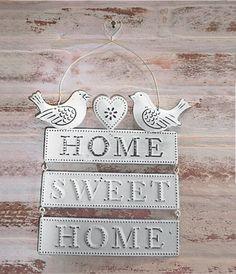 De estilo romântico, a placa de metal Home sweet home pássaros (15 x 18 cm) traz uma mensagem que dá gosto de ler quando se volta para o lar, doce lar. Uma alça de arame sustenta a peça. Loja Chá das Cinco , R$ 39