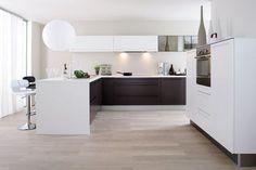 Et toujours : Une cuisine bicolore en blanc et bois massif - Plus de 23 modèles de cuisine à suivre : la nouvelle sélection - CôtéMaison.fr