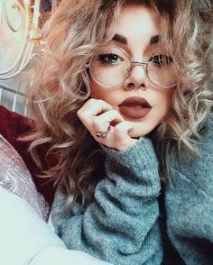 Tumblr girl com óculos e cabelo cacheado. pinterest: @giovana