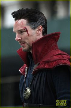 A bunch of pictures of Benedict Cumberbatch and Chiwetel Ejiofor filming Doctor Strange today in NYC, More pics > [x]