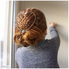 And this is another variation of the (basket) woven heart. Combined with a bun it looks very festive and dramatic I'll put the link of the woven dreamheart in my bio❗️though it's a little bit different. I'm thinking to make a version of this hairstyle that is less work to make.... and maybe a tutorial.... #idbraids #hair #braidphoto #braidphotos #braidposting #instabraid #hairpics #hairstyle #hair_repost #braid #braids #hairposts #hairstylesforgirls #hairinspiration #beautifulhair #l...