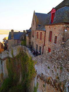 Mont Saint Michel Ce sont des petits chemins qui nous conduisent vers l'Abbaye. C'est une ville miniature avec des restaurants, des boutiques.