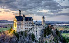 """트위터의 와인P 님: """"유럽식 성 하면 떠오는 스테레오 타입의 원조는 독일 바이에른의 노이반슈타인 성이다. 디즈니 로고도 이것이 모티브. 하지만…"""