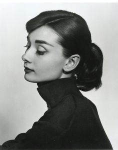 Audrey Hepburn photographed by Yousuf Karsh. Audrey Hepburn was so elegant and such a humanitarian. She set an example for women to look up to. Divas, Audrey Hepburn Outfit, Audrey Hepburn Drawing, Aubrey Hepburn, Audrey Hepburn Pictures, Audrey Hepburn Eyebrows, Lily Collins Audrey Hepburn, Audrey Hepburn Ballet, Audrey Hepburn Bangs
