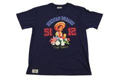 Koszulka w kolorze granatowym z modnym nadrukiem. Styl sportowy. Dostępna w rozmiarach 3XL, 4XL, 5XL, 6XL, 7XL, 8XL. Skład: 100% bawełna.