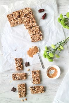CHEWY NO-BAKE PEANUT BUTTER DARK CHOCOLATE OAT BARS » only 1 bowl + 10 minutes {plant-based, vegan, gluten free}