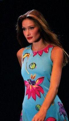 Carla Bruni - Versace Couture Runway 90's Runway Fashion, Fashion Models, Fashion Show, Atelier Versace, Gianni Versace, Carla Bruni, Contemporary Fashion, Supermodels, Fashion Photography