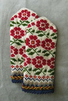 lettiska mittens w roses Knitted Mittens Pattern, Knitted Gloves, Knitting Socks, Knitting Needles, Hand Knitting, Knitting Patterns, Wrist Warmers, Hand Warmers, Mittens