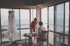 Juliette und John haben eine besonders idyllische Hochzeit gefeiert. Mitten in der Natur am Meer haben sie sich ein Hotel ausgesucht, welches nicht unweit der lokalen Kirche war. So fanden sich alle Familienmitglieder zum getting ready in der Hochzeitssuite ein und genossen die entspannte Atmosphäre. Besonders der First Look mit ihrem Vater war für Braut Juliette ein bewegender Moment. Lokal, Am Meer, Kirchen, Moment, Curtains, Wedding, Home Decor, Members Of The Family, New Zealand