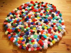 Confectionnez un tapis tout doux avec des pompons de toutes les couleurs. Più donne un lien pour réaliser facilement et surtout rapidement des jolis pompons. Lorsqu'on a assez de pompons pour toute la surface du tapis, la fabrication de celui se fait facilement. Il suffit de nouer les pompons sur une grille souple découpée selon son envie. Vouz en trouverez dans la section jardinage en grande surface. Les pompons devront …