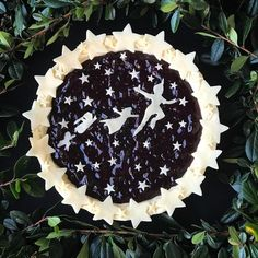 Peter Pan Blueberry Pie There is something so warm and comforting about homemade blueberry pie. Just Desserts, Delicious Desserts, Beautiful Pie Crusts, Homemade Blueberry Pie, Blueberry Recipes, Pie Crust Designs, Pie Decoration, Pies Art, Pie Tops