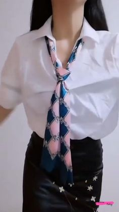 Ways To Tie Scarves, Ways To Wear A Scarf, Scarf Wearing Styles, Scarf Styles, Winter Fashion Outfits, Fashion Tips, Scarf Tutorial, Small Scarf, Diy Scarf