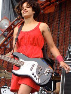 Apprenez à jouer de la guitare basse comme Kathy Foster from The Thermals & the All Girl Summer Fun Band sur MyMusicTeacher. Summer Girls, Summer Fun, Hot Girls, All About That Bass, Saxophones, Meghan Trainor, Afro Punk, Bass Guitars, Cool Guitar
