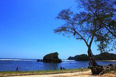 Pantai Kondang Merak, salah satu pantai indah yang ada di Malang yang baru-baru saja terekspos oleh media. Telah banyak pengunjung yang datang untuk menikmati panoramanya, mulai dari langit biru, pasir dan ombaknya