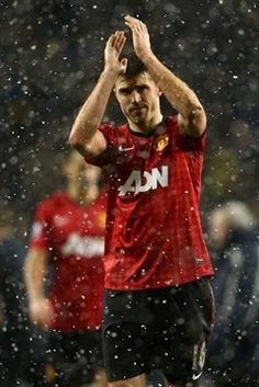 Michael Carrick walks off in the snow at White Hart Lane