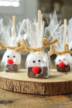 Hot Chocolate on a Stick (made with homemade marshmallows! Christmas Food Gifts, Christmas Sweets, Christmas Cooking, Christmas Goodies, Christmas Candy, Homemade Christmas, Holiday Treats, Christmas Time, Christmas Chocolates