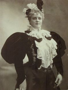 late 1800s Victorian Goth, Victorian Costume, Victorian Fashion, Vintage Fashion, Victorian Dresses, Vintage Style, Vintage Photography Women, Victorian Photography, Vintage Photographs
