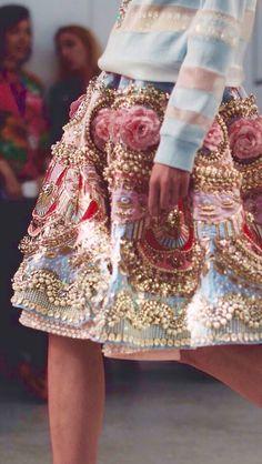 Peça de Manish Arora S/S 2015-16  Haute Couture inspirada no Rococó pela sua exuberância e pelo exagero no uso de detalhes. As pérolas e bordados estão bastante presentes.