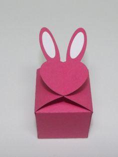 Caixinha feita em papel de scrap gramatura 180. Pode ser utilizada para colocar bombons pequenos, confete, balas, etc <br> <br>Pode ser feito em outros tamanhos e cores, favor consultar. <br> <br>Preço da caxinha é unitário <br> <br>Medidas da caixinha: 4x4x4 <br> <br>Medidas do rosto do coelhinho: 4x6
