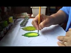 Nany Helena shared a video Fabric Painting, Fabric Art, Diy Painting, Artist Painting, Painting & Drawing, Acrylic Painting Techniques, Painting Videos, Laura Rodrigues, One Stroke Painting