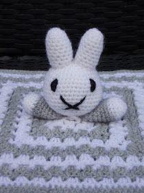Nijntje knuffeldoekje (met gratis patroon) / (Nijntje) Miffy cuddle blanket (with free pattern) Crochet Security Blanket, Crochet Lovey, Lovey Blanket, Crochet Toys, Granny Square Crochet Pattern, Crochet Motif, Crochet Patterns, Knitted Bags, Amigurumi Patterns