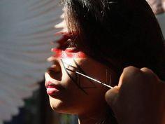 Zahy Guajajara, de 21 anos, recebe uma pintura cerimonial na aldeia ao lado do Maracanã, no Rio. Foto: Ana Branco