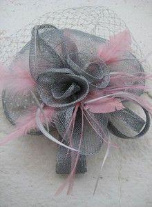 Tocado gris con plumas rosas