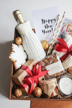 Diy Christmas Gifts For Friends, Christmas Gift Baskets, Christmas Gift Box, Christmas Presents, Diy Gift Baskets, Gift Hampers, Diy Gifts Cheap, Surprise Box, Christmas Traditions