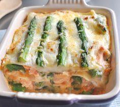 Lasagnes de saumon aux asperges vertes | Plus de recettes ici : http://www.enviedebienmanger.fr/idees-recettes/recettes-saumon