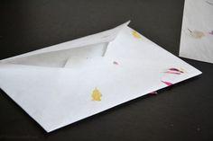 Aus Blüten- und Bananenpapier von folia werden kleine Kunstwerke in Form von Grußkarten. Lesen Sie dazu einen kompletten Blogbeitrag unter: http://christinamachtwas.blogspot.de/2014/11/heute-gehts-ab-gleich-4-neue.html?m=0