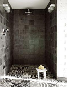 Wow, mooi deze donkere tegels in de douche met Marokkaanse vloertegels