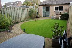 De onderhoudsvriendelijke achtertuin van 11m bij 5,5m met aansluitend de garage van ruim 5,5m bij 3m.