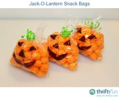 Snack Bags These jack-o-lantern snack bags are quick to make and would be great for a party or packed in school lunches.These jack-o-lantern snack bags are quick to make and would be great for a party or packed in school lunches. Halloween Snacks, Dulces Halloween, Holiday Snacks, Halloween Goodies, Halloween Birthday, Halloween Fun, Diy Halloween Goodie Bags, Preschool Halloween Party, School Treats