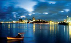 O passeio de catamarã pelos rios Capibaribe e Beberibe permite uma visão geral do Recife Antigo
